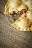 在土气Barnwood的金黄苹果饼与去的一个切片 免版税库存照片