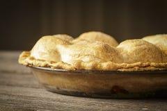 在土气Barnwood的金黄苹果饼 免版税库存图片