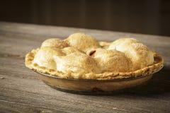 在土气Barnwood的金黄苹果饼 库存照片
