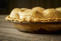 在土气Barnwood的金黄苹果饼 库存图片