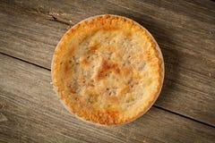 在土气Barnwood的金黄饼 免版税库存图片