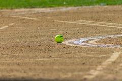 在土的垒球 库存图片