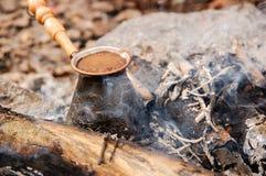 在土耳其人准备的热的咖啡开火 特写镜头 免版税图库摄影