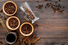 在土耳其咖啡罐的酿造咖啡 木背景顶视图copyspace 免版税图库摄影