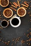 在土耳其咖啡罐的酿造咖啡 黑背景顶视图copyspace 库存照片