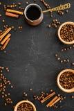 在土耳其咖啡罐的酿造咖啡 黑背景顶视图copyspace 免版税库存图片