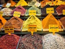 在土耳其市场上的香料 免版税库存图片