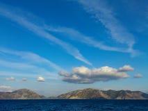 在土耳其海岸线的下午云彩 免版税图库摄影