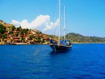 在土耳其海岸附近的小船 库存图片