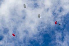 在土耳其语空军队飞行表演的降伞队  库存图片