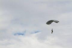 在土耳其语空军队飞行表演的降伞队  免版税库存照片
