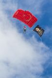 在土耳其语空军队飞行表演的降伞队  库存照片