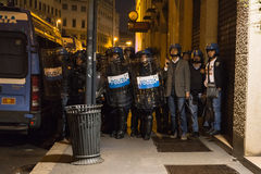 在土耳其领事馆旁边的警察在米兰,意大利 库存图片