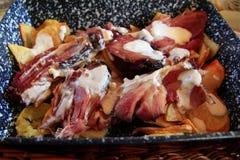 在土豆床上的熏制的小跑步马 库存照片
