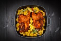 在土豆的被烘烤的鸡 免版税图库摄影