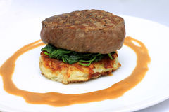 在土豆rosti的里脊肉牛排 免版税库存照片