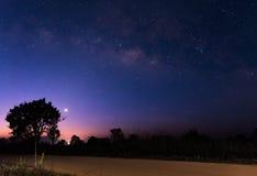 在土路上的银河在日出前 免版税图库摄影