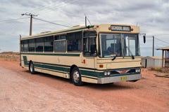 在土路的公共汽车 免版税库存图片