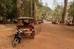 在土路,柬埔寨的摩托车 图库摄影