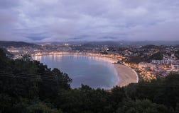 在圣・萨巴斯蒂安海岸线外耳海湾的激动人心的景色从山monte igueldo在日落微明下 免版税库存照片