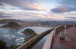在圣・萨巴斯蒂安海岸线的激动人心的景色从山在日落的monte igueldo 库存图片