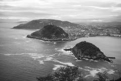 在圣・萨巴斯蒂安海岸线的激动人心的景色从山在黑白的monte igueldo 库存照片