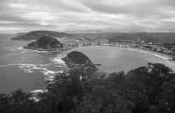 在圣・萨巴斯蒂安海岸线的激动人心的景色从山在黑白的monte igueldo 图库摄影