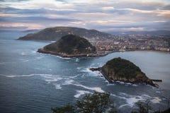 在圣・萨巴斯蒂安海岸线的激动人心的景色从山monte igueldo 库存图片