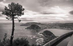 在圣・萨巴斯蒂安海岸线的美好的上部鸟瞰图从山在日落天空的monte igueldo在黑白乌贼属 免版税图库摄影