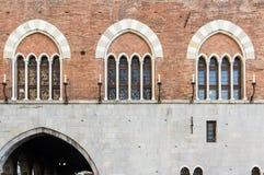 在圣・ Giorgio宫殿,热那亚的Windows 免版税库存照片