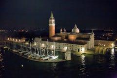 在圣乔治斯前面的游艇在晚上 免版税库存照片