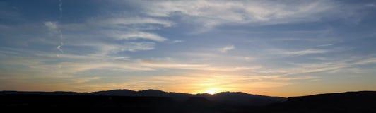 在圣乔治犹他附近离开从供徒步旅行的小道的日落全景在贝克小山, Chuckwalla,乌龟墙壁,天堂外缘, a附近 库存照片