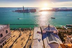 在圣乔治Maggiore海岛,威尼斯,意大利的鸟瞰图 运河重创与圣乔治Maggiore教会,威尼斯,意大利 的treadled 免版税库存照片