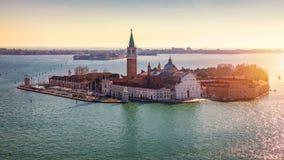 在圣乔治Maggiore海岛,威尼斯,意大利的鸟瞰图 运河重创与圣乔治Maggiore教会,威尼斯,意大利 的treadled 图库摄影