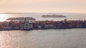 在圣乔治Maggiore海岛,威尼斯,意大利的鸟瞰图 运河重创与圣乔治Maggiore教会,威尼斯,意大利 的treadled 库存图片