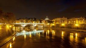 在圣伯多禄的大教堂的夜视图在罗马,意大利 图库摄影