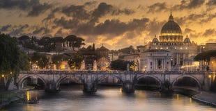 在圣伯多禄罗马教皇的大教堂的日落  免版税库存照片