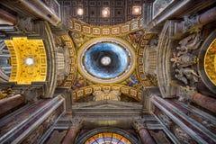 在圣伯多禄` s大教堂里面在罗马,意大利 图库摄影