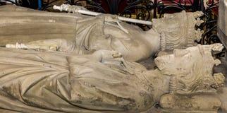 在圣但尼,法国大教堂的靠着雕象  免版税库存照片