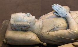在圣但尼,法国大教堂的靠着雕象  免版税库存图片