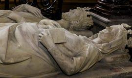 在圣但尼,法国大教堂的靠着雕象  免版税图库摄影