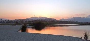 在圣何塞台尔在Cabo圣卢卡斯巴哈墨西哥附近的Cabo Lagoon的日落暮色反射 免版税库存照片