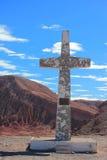 在圣佩德罗火山de阿塔卡马附近的大十字架 免版税库存照片