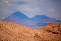 在圣佩德罗火山de阿塔卡马附近的火山licancabur 免版税库存照片