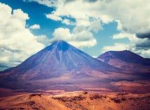 在圣佩德罗火山de阿塔卡马附近的火山licancabur 库存图片