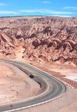 在圣佩德罗火山de阿塔卡马(智利)附近的路 库存图片