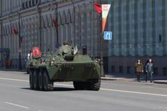 在圣佩背景大厦的俄国装甲车  图库摄影