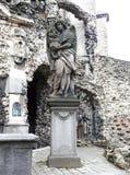 在圣保罗后教会的` Calvarie庭院`在安特卫普,比利时-详述雕象 免版税库存照片