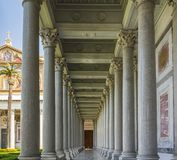 在圣保罗大教堂里面的柱廊在罗马 免版税库存照片