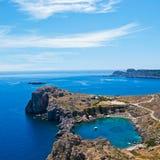 在圣保罗的海湾上的看法在Lindos,罗得岛,希腊 图库摄影